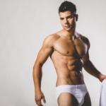 apuesto-joven-musculoso-posando-estudio_52137-9770
